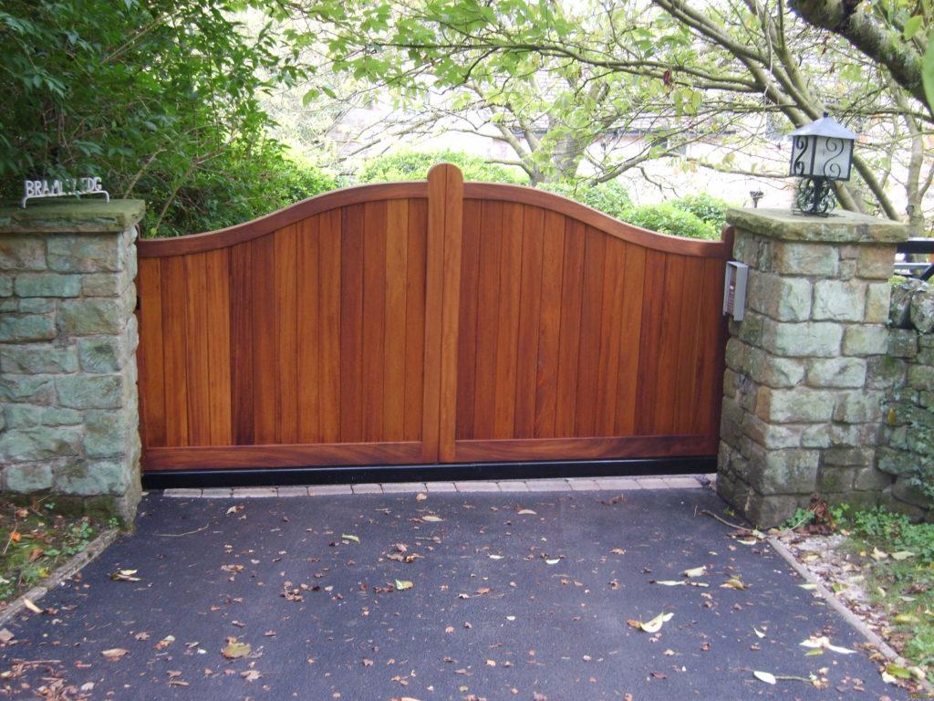 double-swing-wooden-driveway-gates